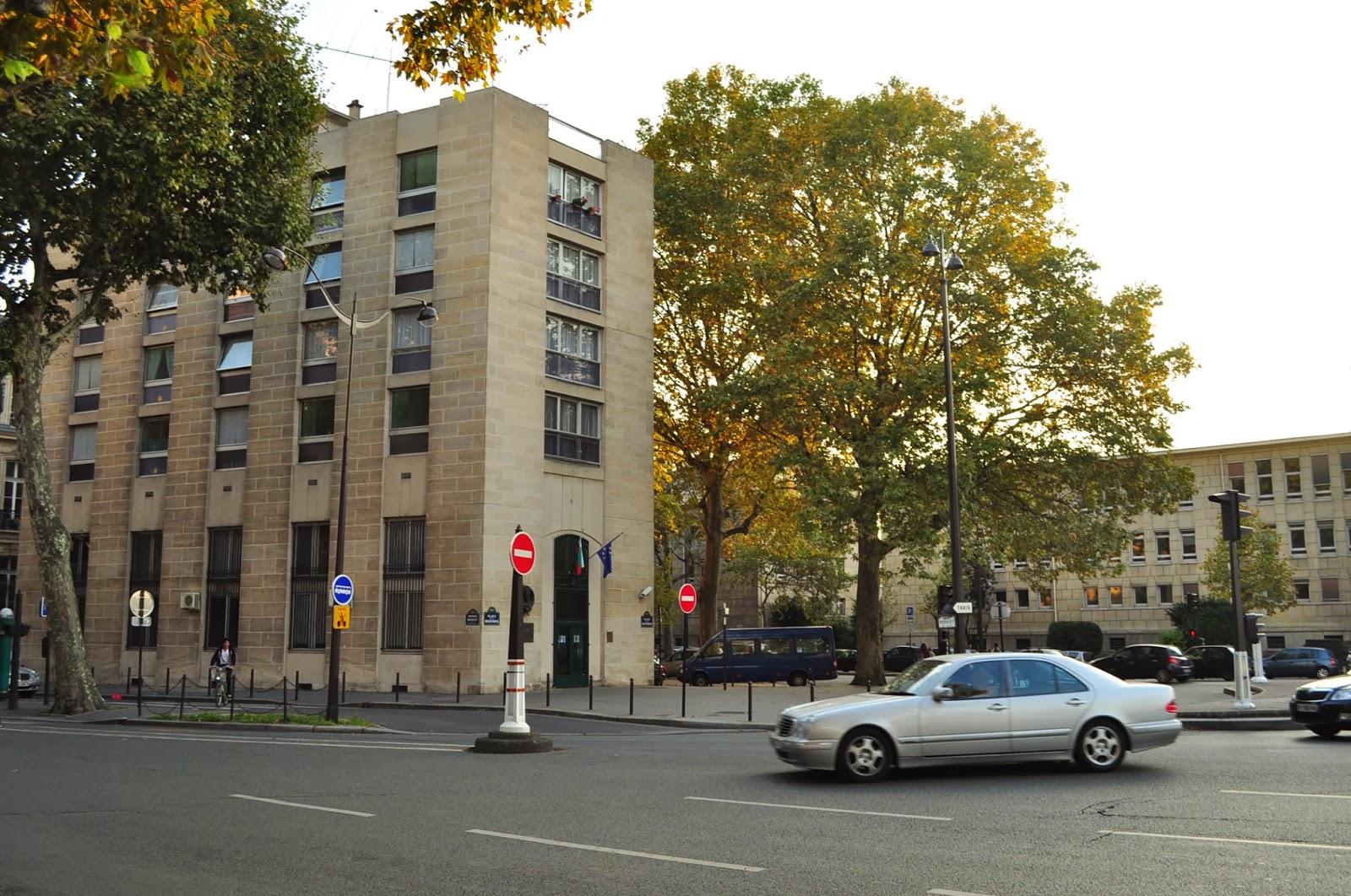 Българското посолство се намира в центъра, точно срещу Pont de l'Alma в чийто тунел намери смъртта си принцеса Даяна.