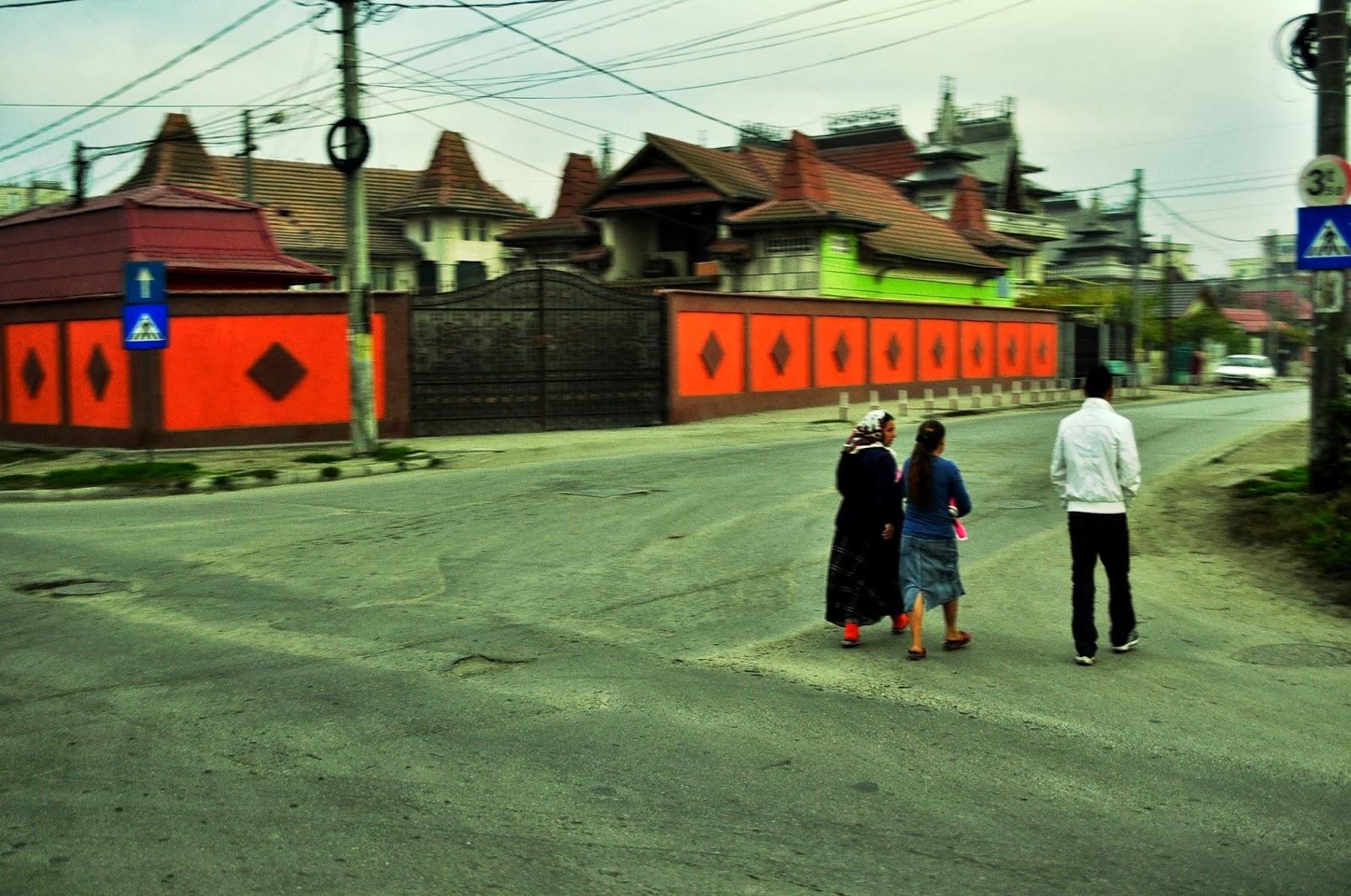 На сутринта продължаваме обратно към България. По пътя профучаваме с автобуса край колоритни  ромски квартали.