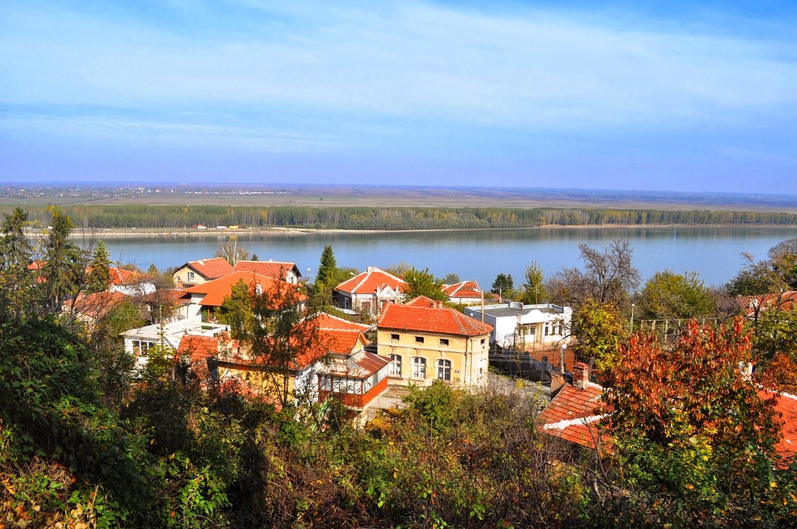 Град Оряхово, кацнал на висок, надвесен над реката склон, ни посреща окъпан в слънце. Някогашният оживен пристанищен център с процъфтяваща търговия и промишленост, бавно, но сигурно се обезлюдява, подобно на повечето населени места в района.