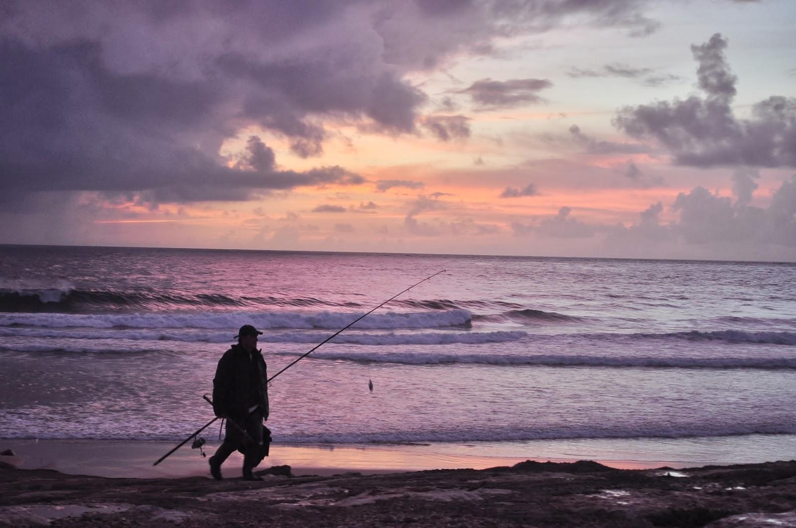 Местен рибар бърза да нахрани децата със сромния си улов. Кошта да Капарика