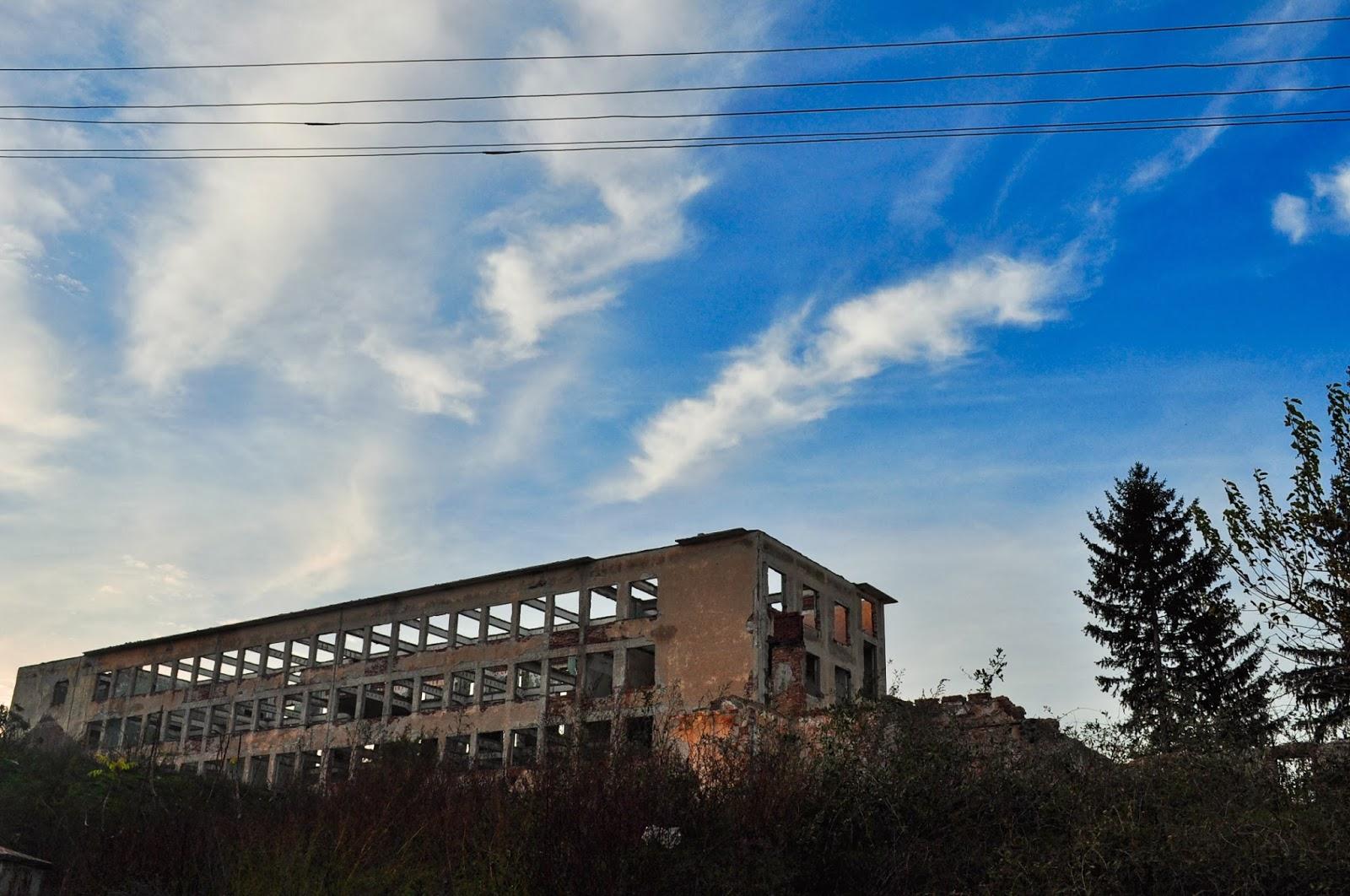 Поредният красноречив паметник на дългия и мъчителен демократичен преход в България. Някогашният най-голям завод за електромери на Балканите стърчи самотен и ненужен в местността Калето над град Никопол.