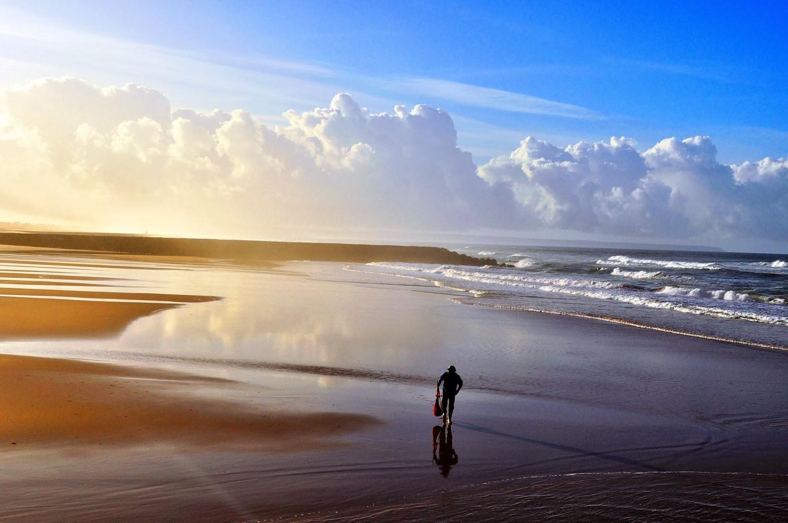 Първите слънчеви лъчи обагрят с метален отенък брега на океана. Кошта да Капарика