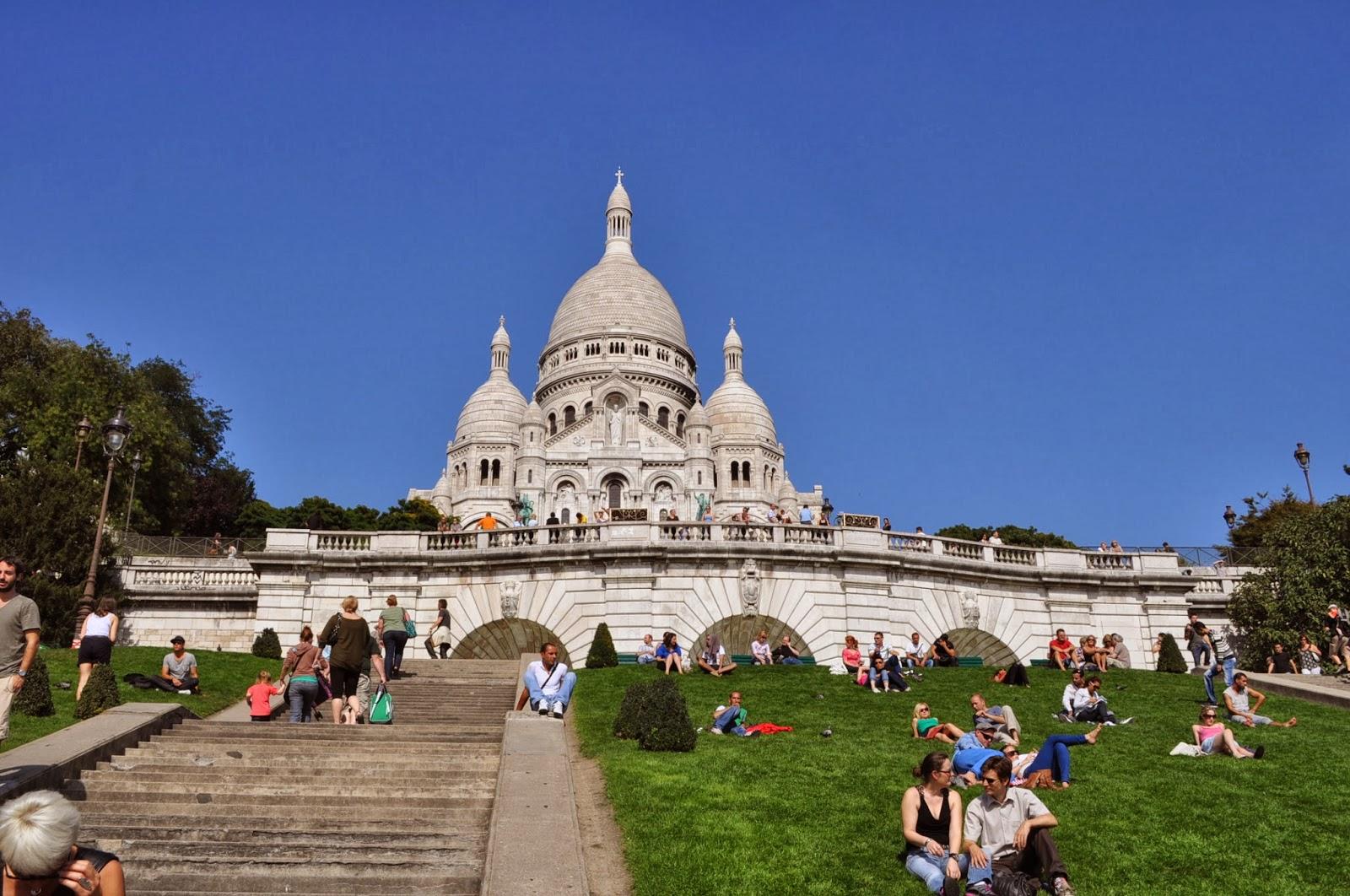 От високата 80- метрова камбанария на катедралата Sacre Coeur отеква една от най-тежките камбани в света - почти 20 тона.