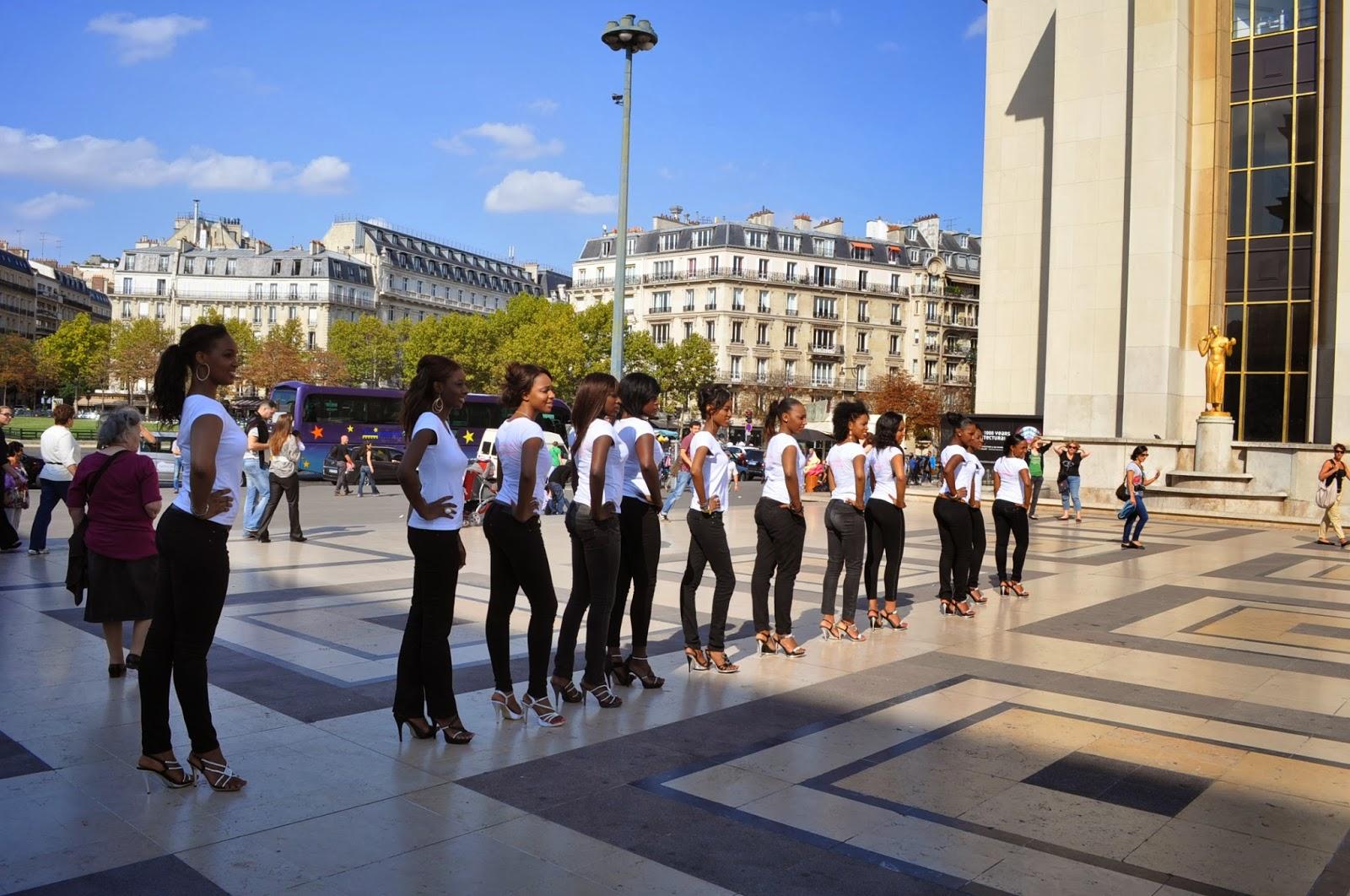 Тези девойки репетираха 2 часа как да направят едновременно крачка напред. Да дойдат в моята група по народни танци, та да видят какво значи координация и синхрон!!  : - )