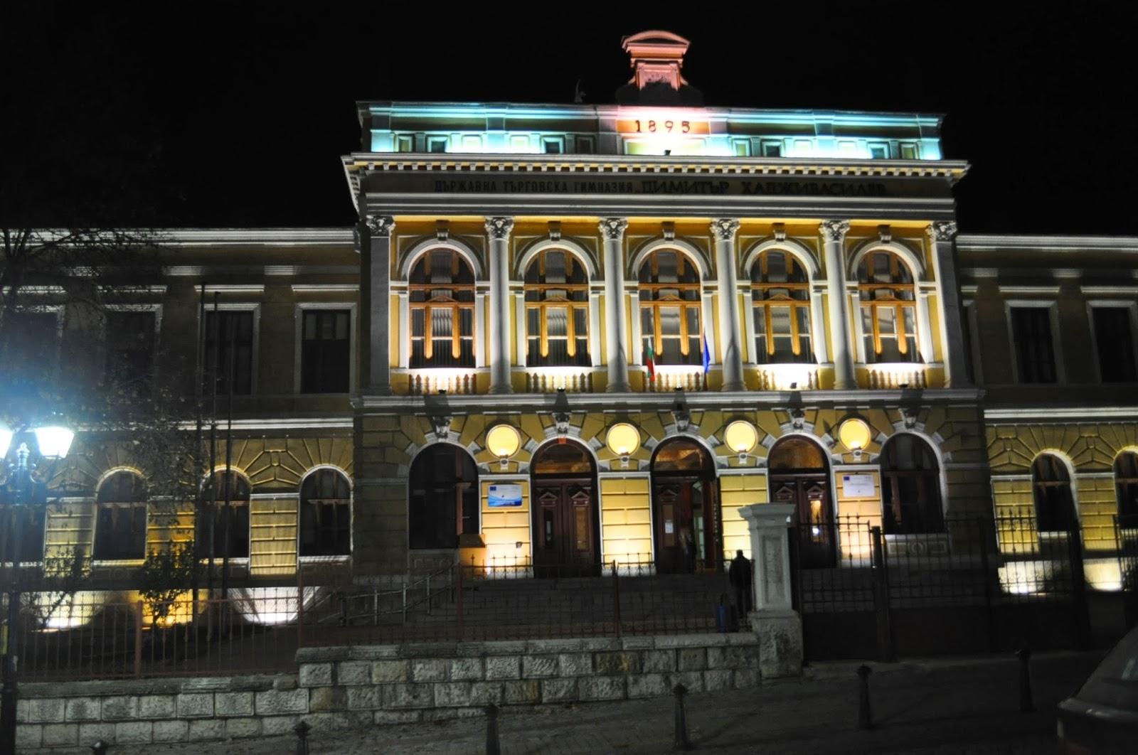 С падането на нощта навлизаме в Свищов. Университетският град ни посреща с осветените фасади на красивите си сгради. Някои от тях са били проектирани от виенски архитекти в края на 19-ти началото на 20 –ти век. Гордост на крайдунавския град е сградата на Търговската гимназия, за която се твърди, че е умалено копие на Виенския университет.