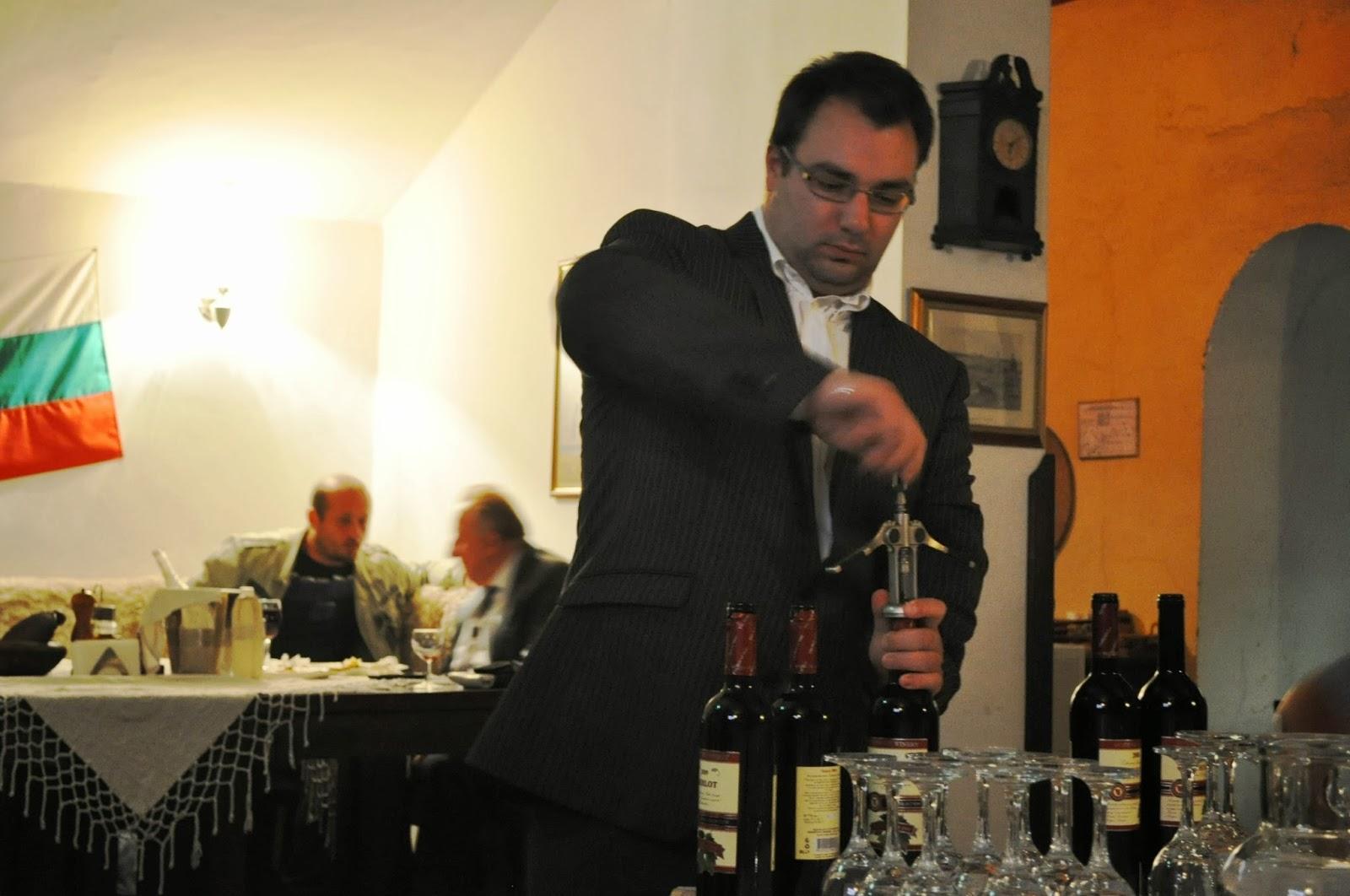 Районът е известен с традициите си във винарството и лозарството. Виното от местния винзавод е пивко, ароматно и …  измамно леко.