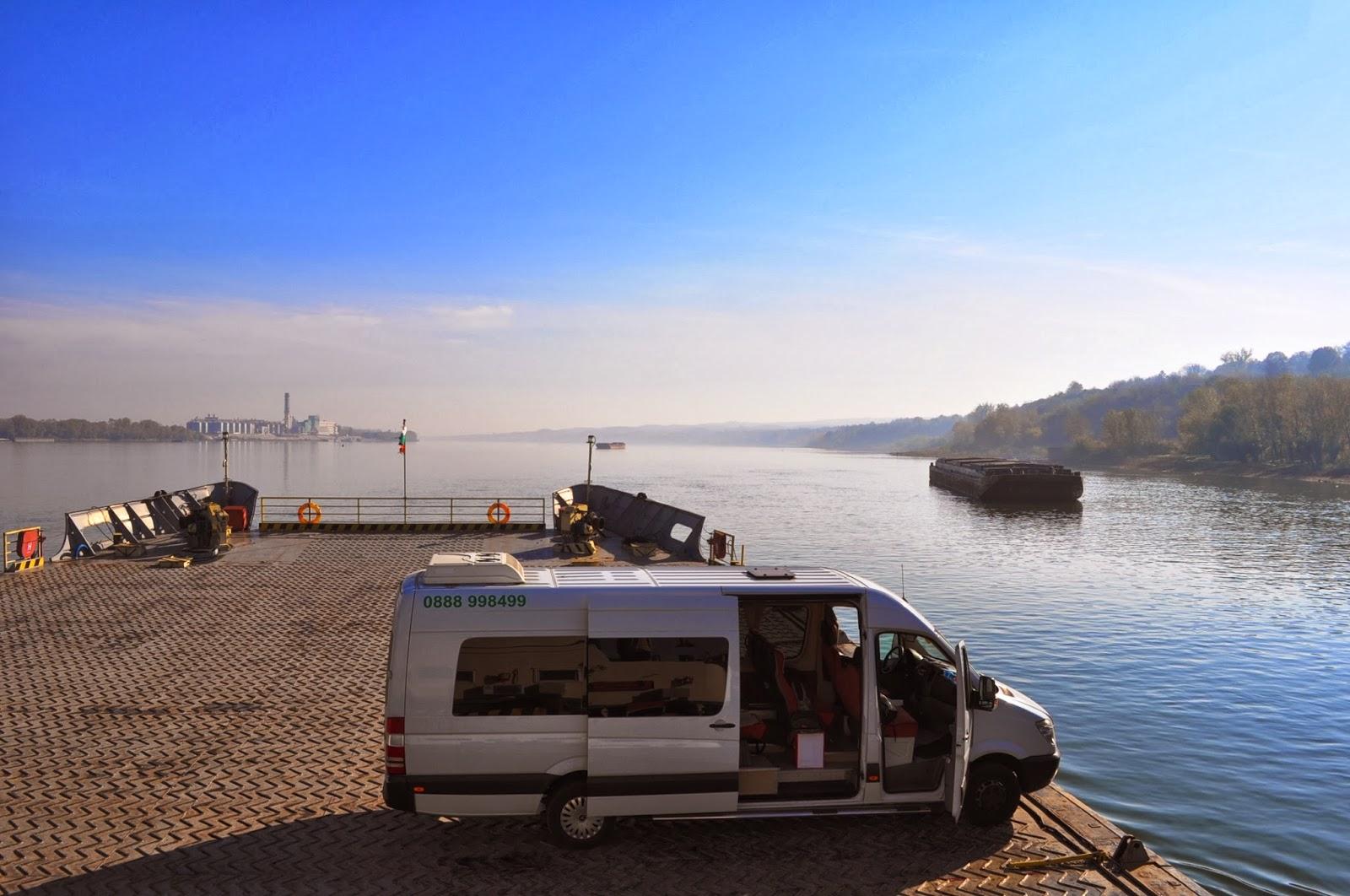 """От Свищов взимаме """"ферито"""" за отсрещния град Зимнич. Чисто новият фериботен комплекс е частна инвестиция на румънски предприемач. Както се вижда, денем водният трафик не е особено интензивен, но вечерно време фериботът се пълни със свищовски студенти на път за отсрещната дискотека."""