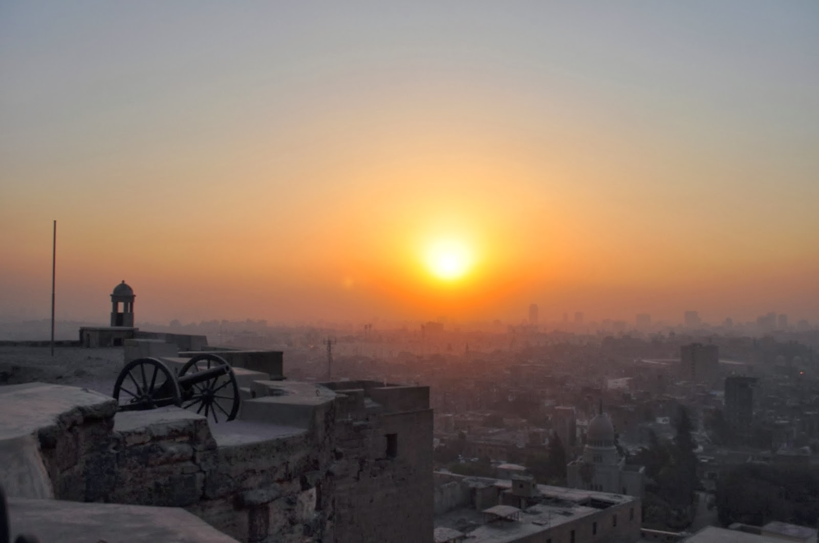 Кайро. Последните слънчеви лъчи едва си пробиват път през гъстия смог, обвиващ като в горещ пашкул египетската столица.