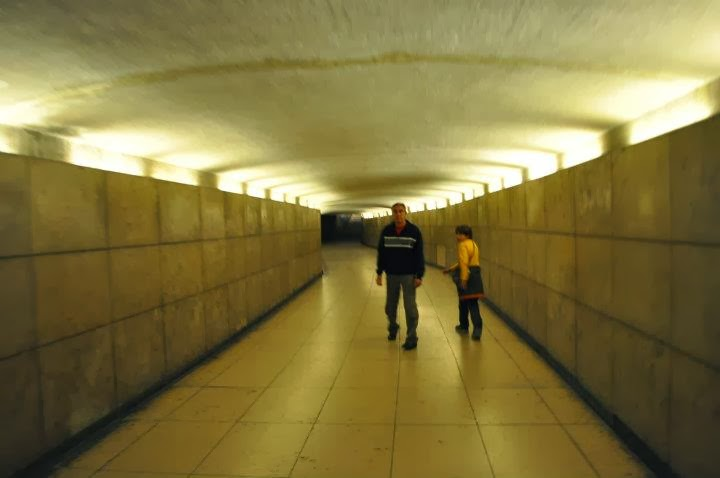 Тунелът под Триумфалната арка е твърде безлюден нощно време.