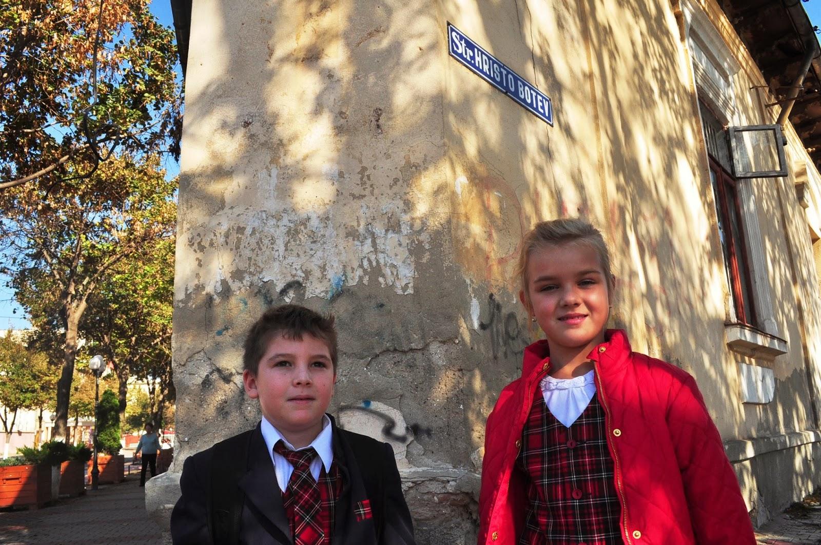 На българския революционер е кръстена и една от главните улици на Гюргево. Разхождайки се по нея срещнахме малките Алисия и Бранко. Децата се съгласиха да позират пред натрапчивите ни журналистически обективи, заради което закъсняха за училище.