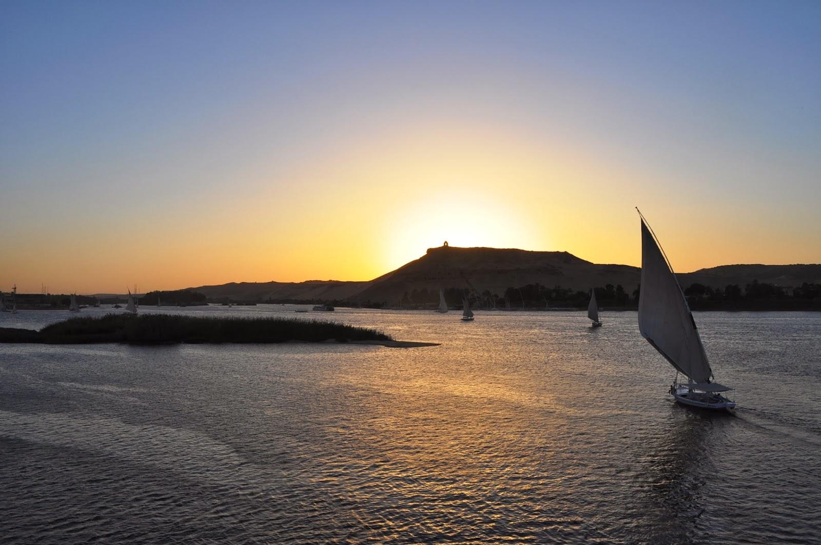 Река Нил. Характерните египетски фелуки се гонят с вятъра за радост на туристите и на неуморните фотографки.