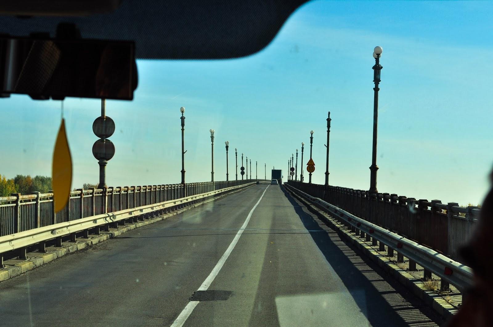 """Преминаваме бързо и безпрепятствено по Дунав мост, известен в миналото, като """"Моста на Дружбата"""", свързващ Гюргево с българския град Русе."""