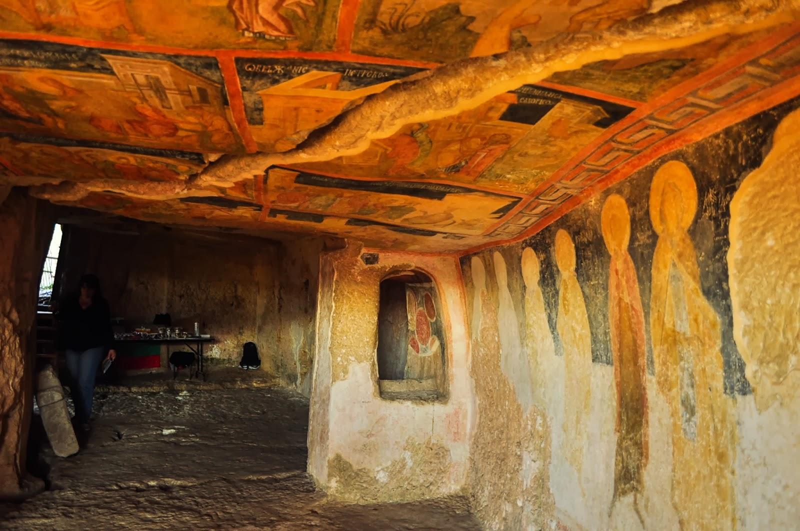 """Скалните манастири и църкви в района на с. Иваново са задължителна спирка за любознателния пътешественик. Сред тях се откроява църквата """"Св. Богородица"""" от 13-ти век. Стенописите й са  включени в списъка на ЮНЕСКО за световно културно наследство. Не става ясно обаче защо сергията със сувенири е разположена в самия храм и то на мястото на някогашния олтар…"""
