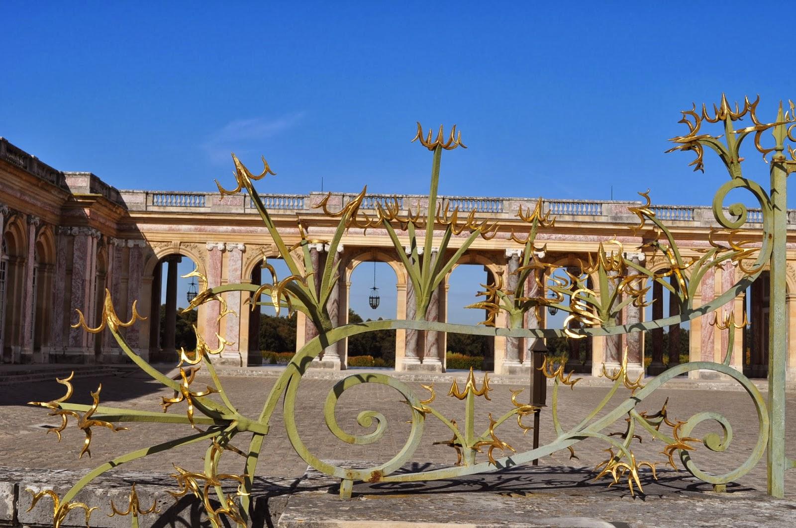 """Скитайки се в просторния парк ,стигаме пред портите на """"малкия"""" дворец Le Petit Trianon, където Мария Антоанета настоявала тя и висшочайшето й семейство да живеят по правилата на природосъобразния начин на живот. Аз съм """"за""""!"""