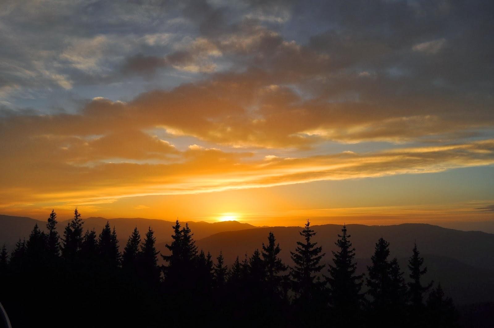 От нашето по-хубаво няма! Залез над Родопите. Гледка от площадката на Роженската обсерватория.
