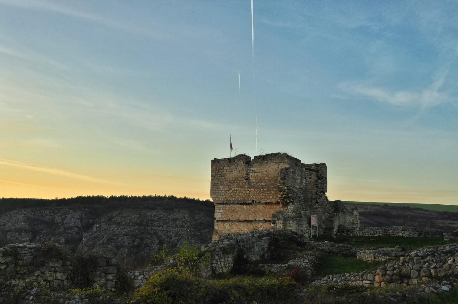 Сравнително добре запазените останки от средновековния български град Червен се намират на 30-на км. от дунавския бряг. През 12 – 13-ти век градът бил един от най-значимите военни, църковни и културни центрове в пределите на Втората българска държава. В наши дни, сгушеното в подножието на крепостните му стени селце Червен посреща любознателни туристи от цял свят в местните къщи за гости.