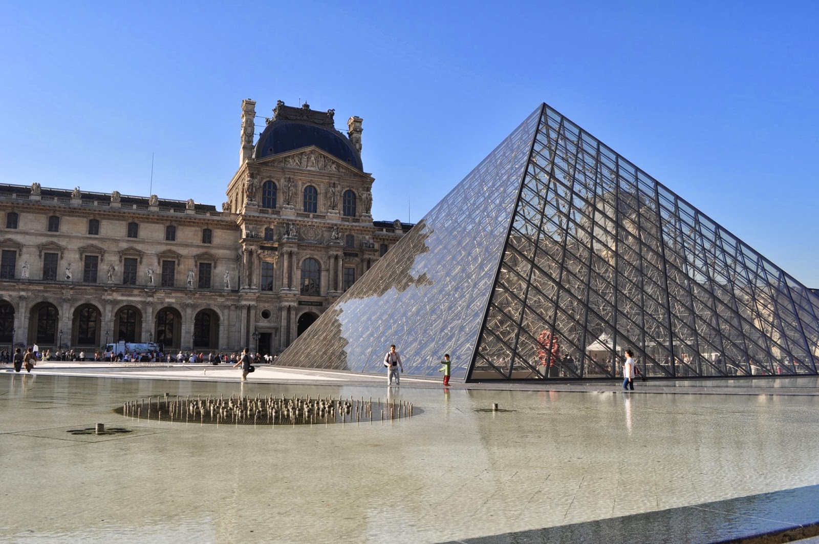 Добре познат изглед към Лувъра.