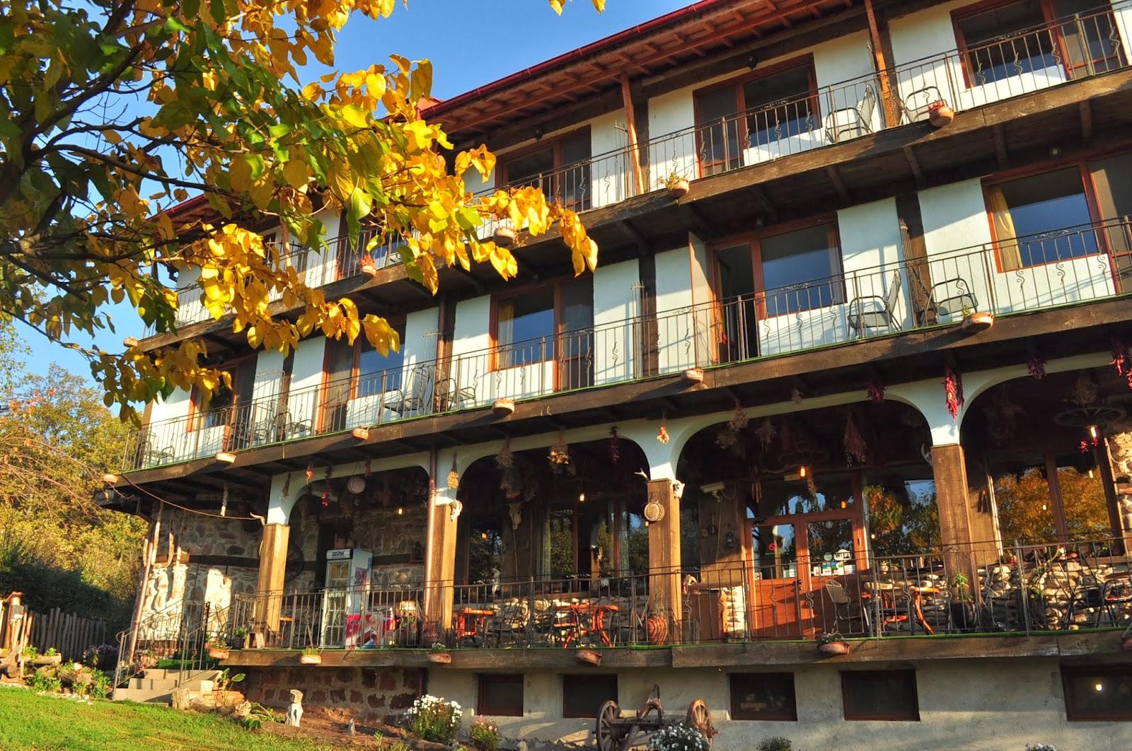 В района на Белоградчик има чудесни хотелчета, предлагащи вкусна домашна кухня, автентична селска атмосфера и неподправено гостоприемство. А собствениците им не могат да се оплачат от липса на клиентела – предимно чуждестранни колоездачи и бекпекъри, както и български семейства през уикендите.