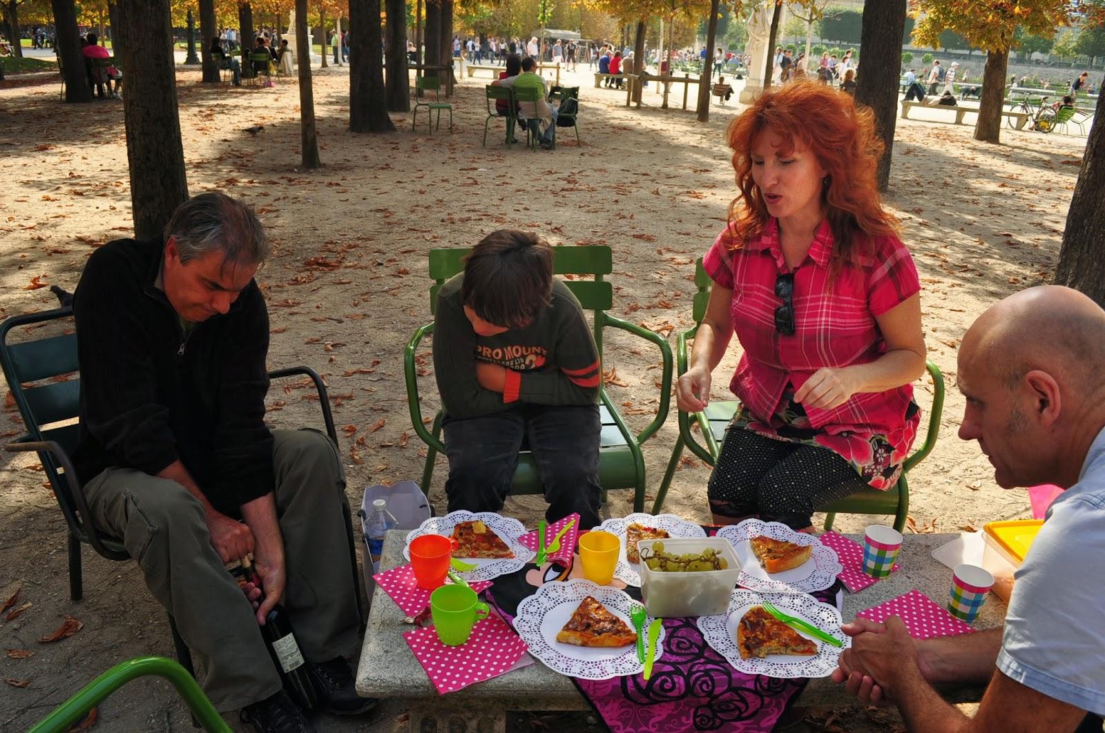 Импровизиран съботен пикник в парка с домашно суфле и българско винце.