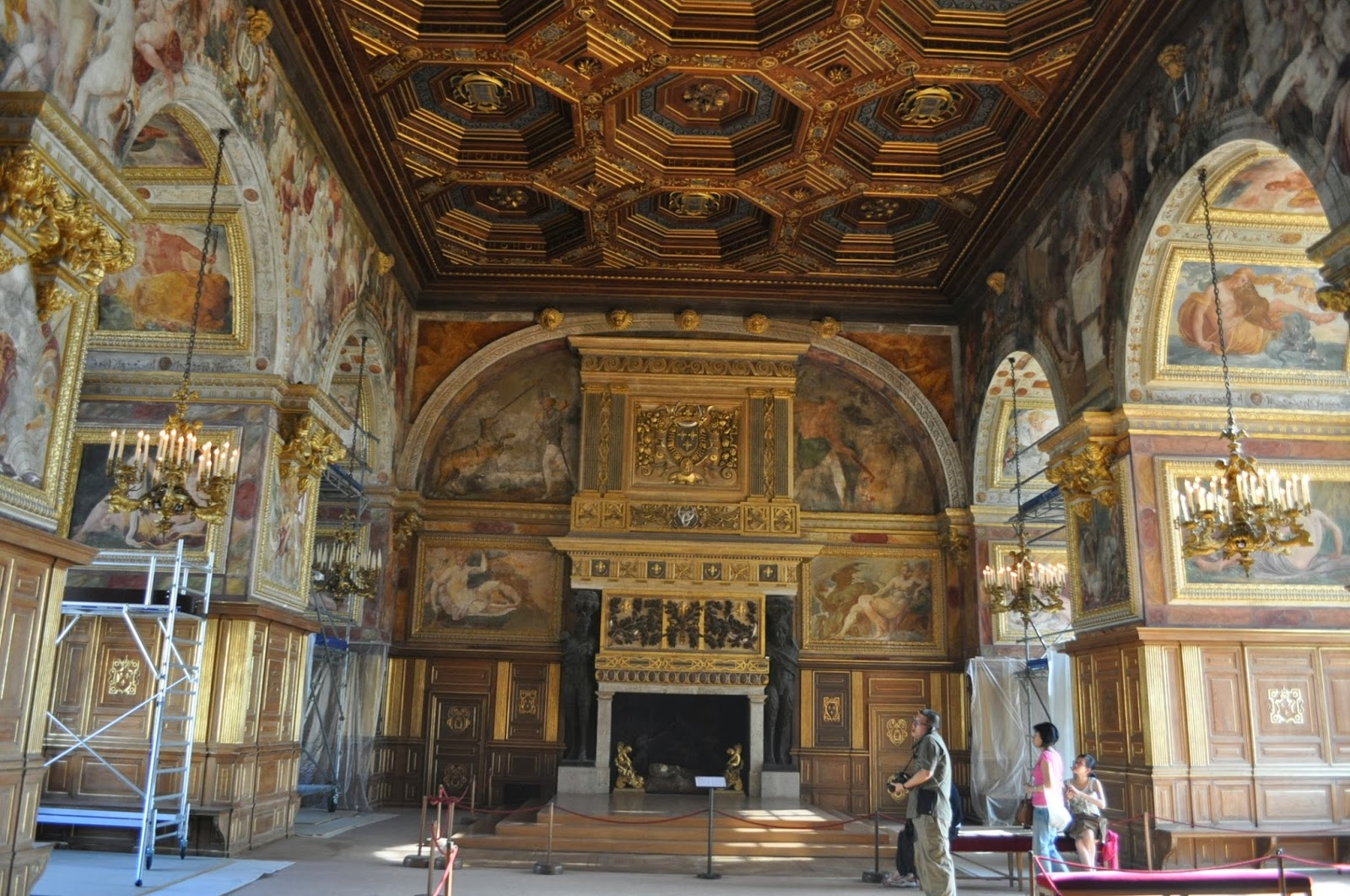 Но не само. Бил един от основните дворци на френските крале. Датира от 12 век.