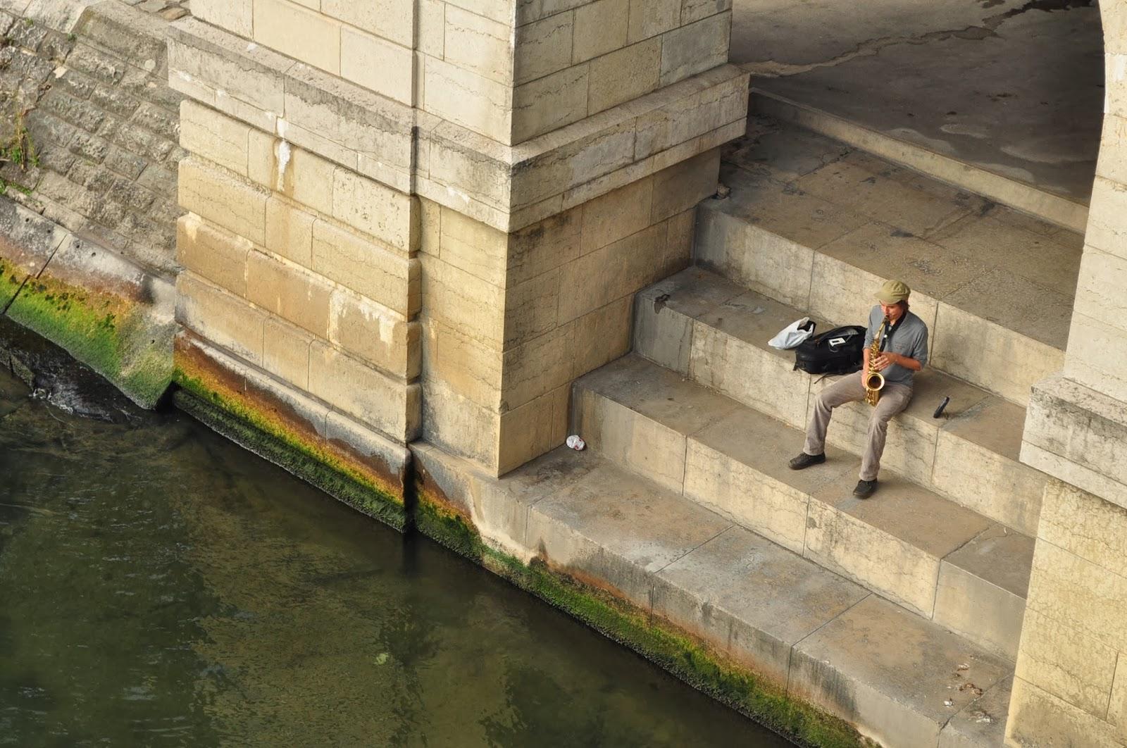 Сена, водната артерия на града, хипнотизира поети, художници, фотографи и музиканти. Мнозина от тях се хвърлят в нея за да се сгушат завинаги в ледената й прегръдка.
