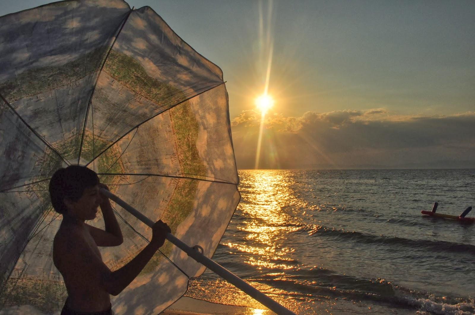 Поредният безгрижен летен ден подло се изнизва над Скала Рахони в Тасос.