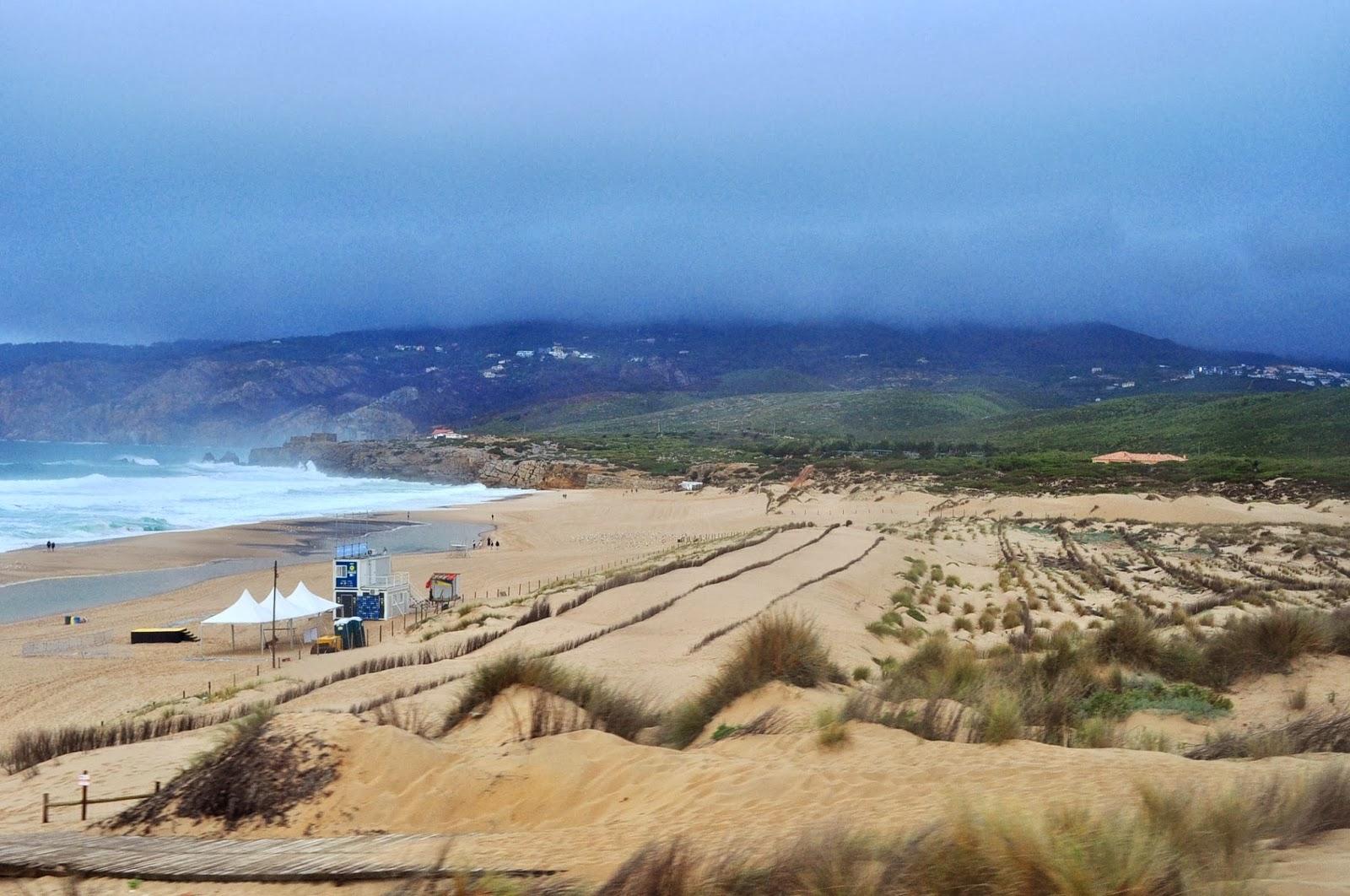 """Крайбрежието в околностите на Лисабон обаче е раят за сърфисти и за хора с меланхолични души. Вълните се разбиват с такъв трясък, че надробяват скалите на дребни камъчета, които местните оприличават на кус-кус или """"кашкаиш"""" на португалски."""