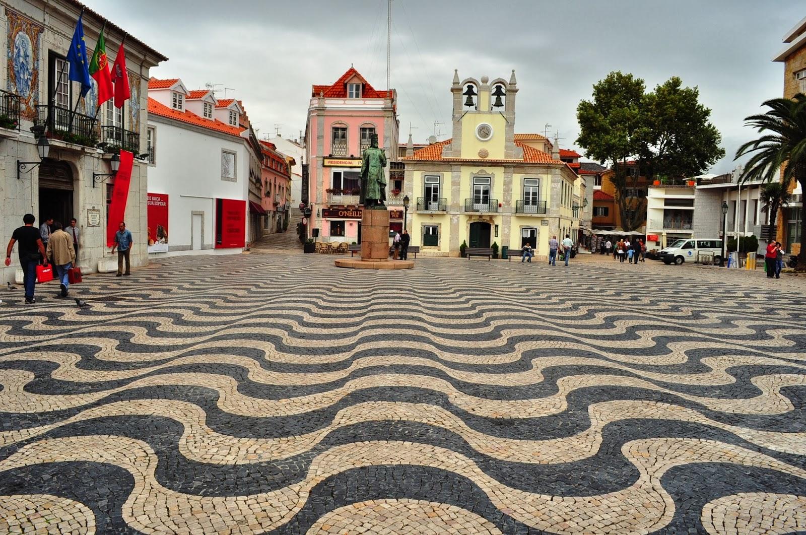 Кашкаиш и типичните за всички португалски градове мозайки. Обожавам ги!