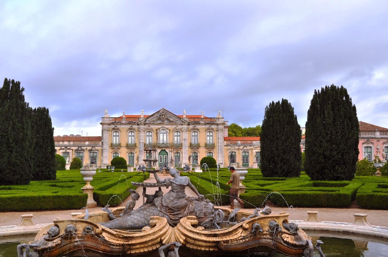 Дворецът в градчето Кейлуж край Лисабон е сред архитектурните гордости  на Португалия. Първоначално това било детската градина на португалския двор, където се захвърляли по-малките отрочета, изтърсаците и извънбрачните деца на кралете и придворните. Според екскурзоводката ни, никой не се занимавал с възпитанието и образованието им и те растяли диви, некъпани и невежи. Докато един ден крал Педро де Браганса решил да облагоусрои това местенце и да го превърне в лусозна лятна резиденция. Какво се е случило с дечицата, така и не разбрахме.