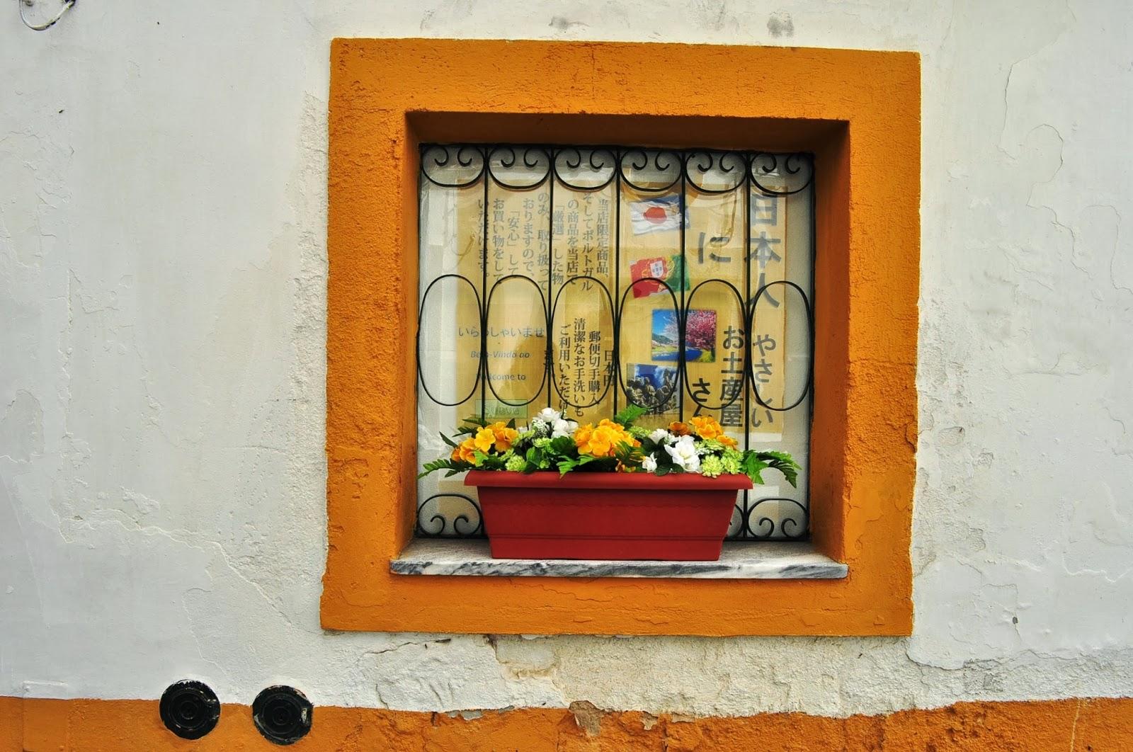 Умират за пластмасови цветя, с които украсяват домовете и градините си. Като арабите!