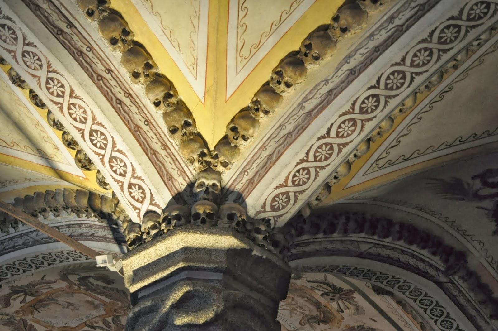 Решаваме да се отбием във францисканския храм на Евора. Я какви живописни фризове !