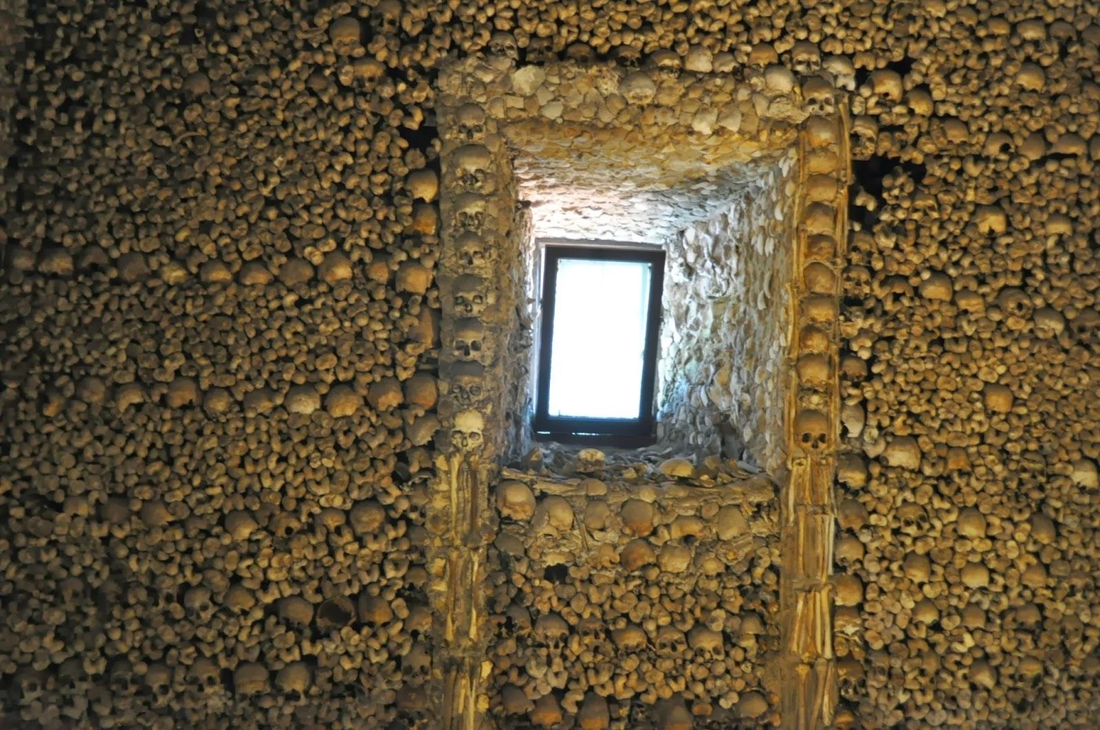"""Capella dos ossos или Капела на костите - така се казва храмът, изграден от костите на над 5000 францискански монаси. На входа му те посреща нелицеприятен надпис : """"Ние, костите които сме тук, очакваме вашите""""."""