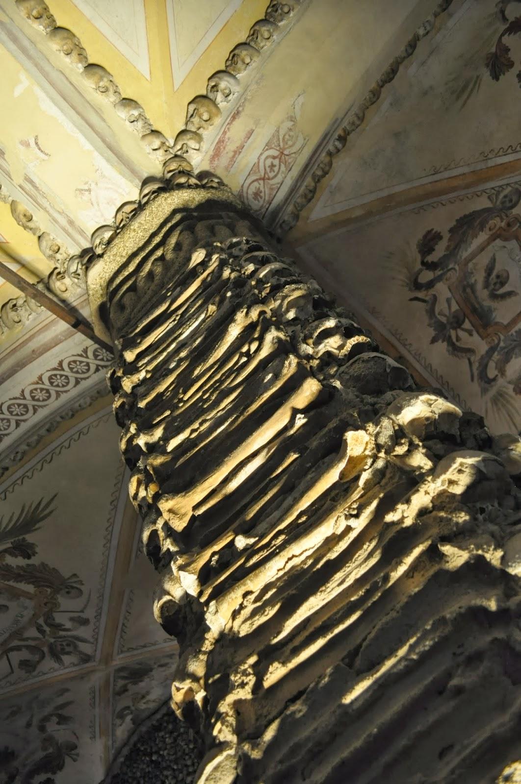 """""""Любопитна гледка"""" представлява висящата мумия на детенце. Интерес будят и колоните, изградени от подбедрени кости."""