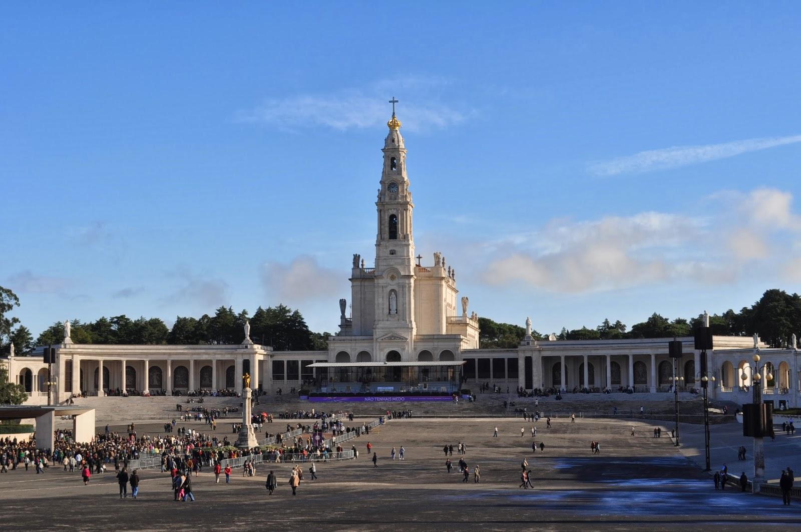 Ето ни и във Фатима - третият по значение поклоннически център в католическия свят след Лурд във Франция и Сантяго де Компостела в Испания. Огромният площад пред катедралата е проектиран по подобие на този на Св. Петър на Ватикана. Всяка година на 13 май на него се събират над 1 млн. поклонници от цялата планета.