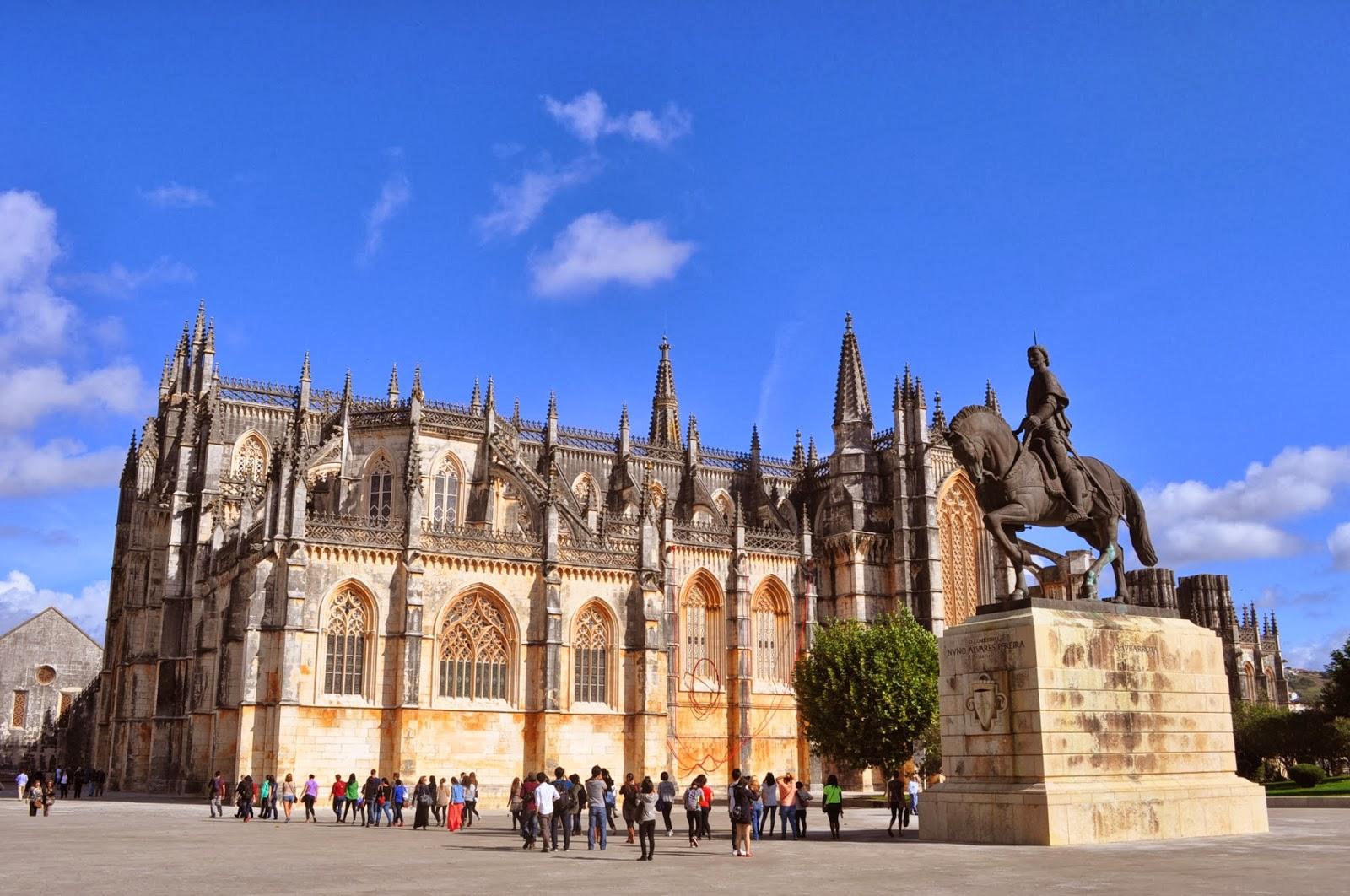 В градчето Баталя се намира манастирът Санта Мария да Виктория - едно от чудесата на готическата архитектура.