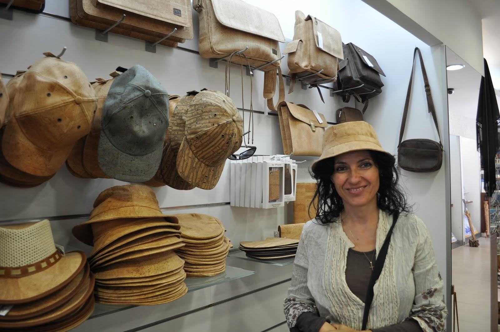 Градчето е известно със сувенирните си магазинчета, в които се продават и изделия от корк. Тази шапка струва 45 евро. Не, мерси, ще си остана с моята сламена от сергията на Плиска.