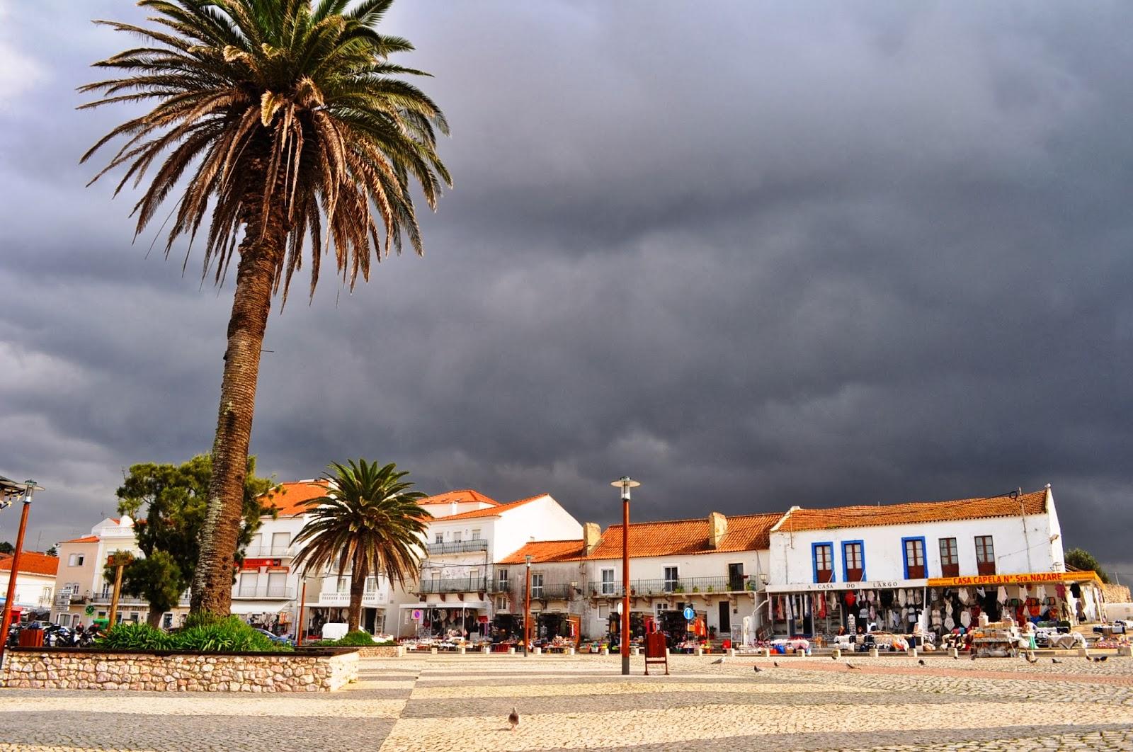 Поредното живописно рибарско градче Назаре ни посреща с драматично, оловно небе.