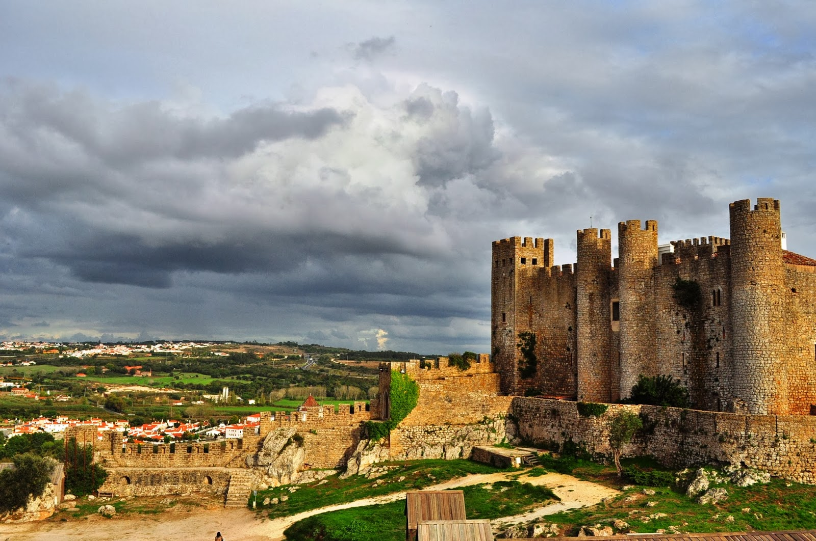 Крепостната му стена е дълга над километър, а от нея се открива смайваша гледка към португалската провинция.