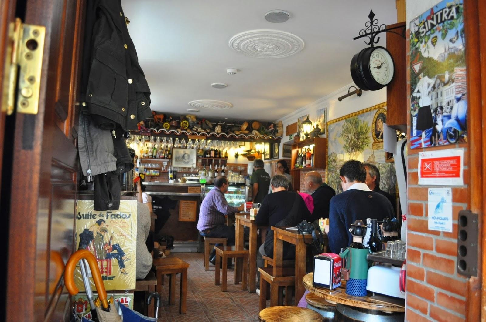 През цялото време висял в това кафене. Днес то е една от най-търсените и ...скъпи местни атракции.