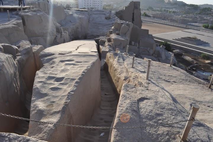 Счупеният обелиск, безпомощно полегнал  в кариерите на Асуан. Бил е поръчан от царица Хатчепцут за храма в Тива, но работниците го счупили, докато се опитвали да го пренесат преди повече от 3 400 години.