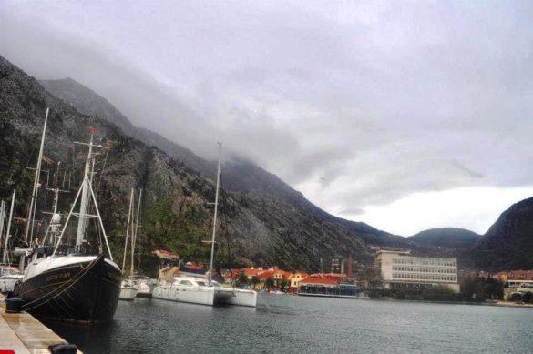 Елитни яхти на местни тузари често акостират по тези брегове. И какво видяхме от Котор ? Заради дъжда - почти нищо.