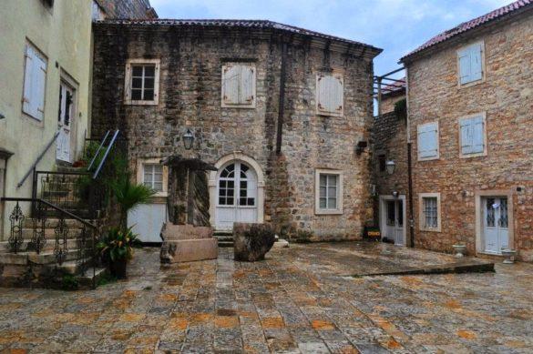 И пак добре познатата ни европейска каменна архитектура. Личи си че тук турски крак не е стъпвал !!