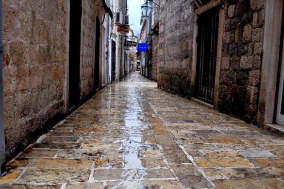 Поредната измита от дъжда безлюдна уличка. През пролетта и лятото тук гъмжи от  десетки хиляди туристи. Будва е обградена от масивни укрепителни стени, наследени от 4-вековното венецианско управление. Наложи ни се в най-проливният дъжд да тичаме по тях в търсене на подслон. Така че не ми беше до снимки.