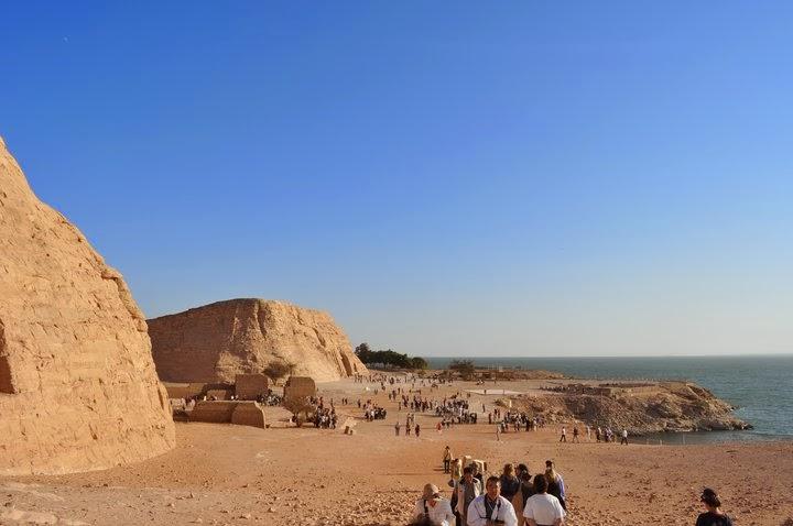 Храмът Абу Симбел ,изграден от Рамзес ІІ, останал на дъното на язовира. Преместен е на сушата със средсва на ЮНЕСКО, по подобие на храма на Изида и на още 5 други подобни обекта.
