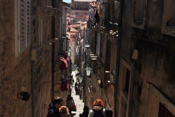 В Дубровник уличките са толкова тесни че на места може да изпиташ клаустрофобия.