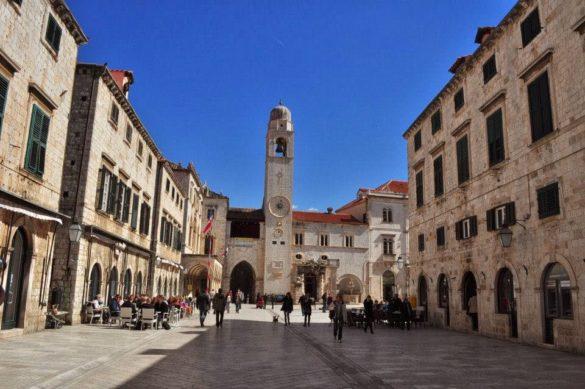 Градът е изграден целият от бял камък. Представлява неповторима симбиоза от различни архитектурни стилове - готически, ренесансов, бароков ... и не се сещам още какъв!