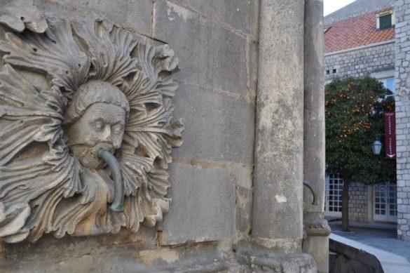 Емблематичният фонтан Онуфрий в центъра на Дубровник.