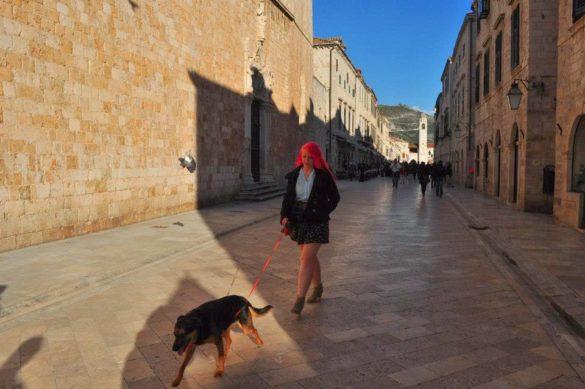 Една местна нимфа прикова  погледите на безцелно шляещите се туристки.