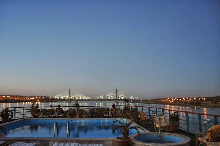 Нощта плавно се спуска над Нил и над ошашавените от цялата тази феерия пътешественици.