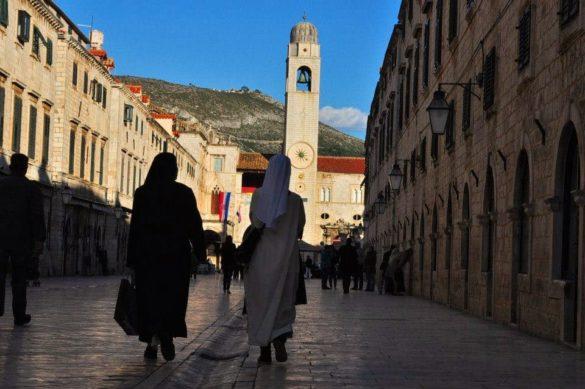 Монахини /за съжаление заснети на контражур от вечно припряната фотографка / бързат за служба по сравнително безлюдните улички на стария град. От май до октомври тук гъмжи от туристи, но в началото на март е тихо, спокойно и приятно.